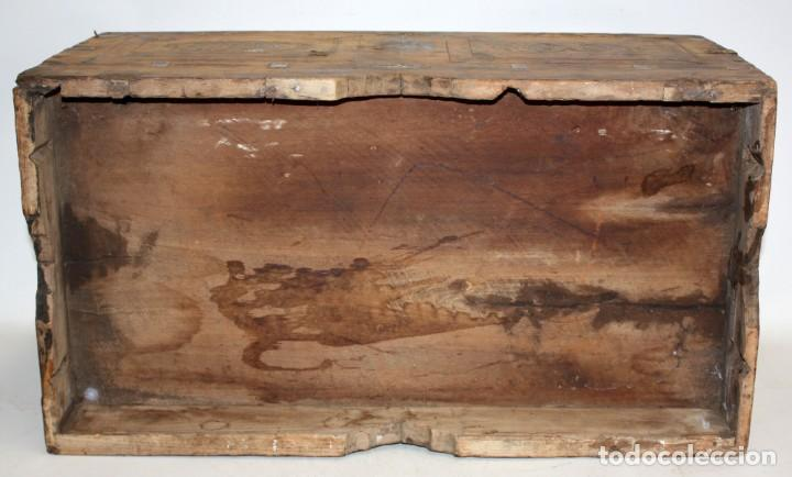 Antigüedades: INTERESANTE ARCON COLONIAL DEL SIGLO XIX EN MADERA TALLADA Y DECORACIONES METALICAS Y RELIQUIAS - Foto 6 - 171329960