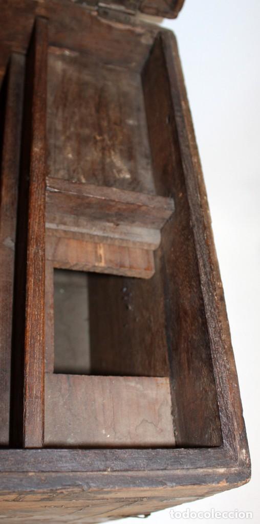 Antigüedades: INTERESANTE ARCON COLONIAL DEL SIGLO XIX EN MADERA TALLADA Y DECORACIONES METALICAS Y RELIQUIAS - Foto 11 - 171329960