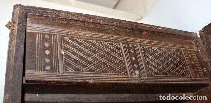Antigüedades: INTERESANTE ARCON COLONIAL DEL SIGLO XIX EN MADERA TALLADA Y DECORACIONES METALICAS Y RELIQUIAS - Foto 13 - 171329960
