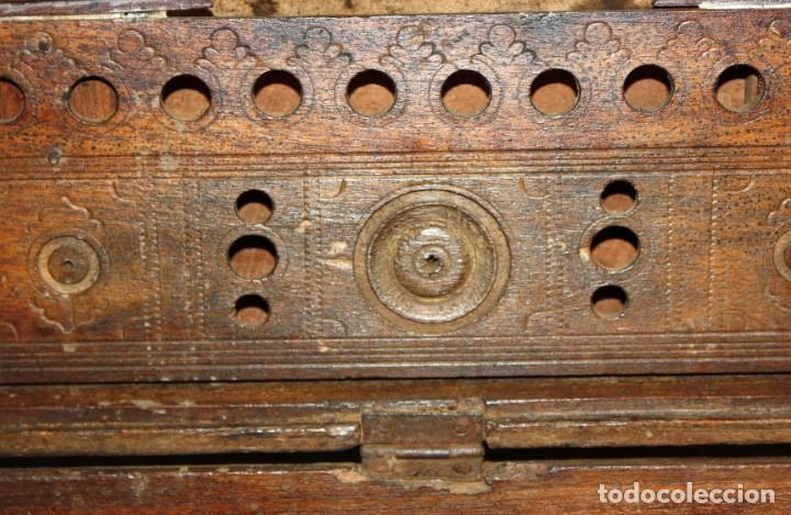 Antigüedades: INTERESANTE ARCON COLONIAL DEL SIGLO XIX EN MADERA TALLADA Y DECORACIONES METALICAS Y RELIQUIAS - Foto 15 - 171329960