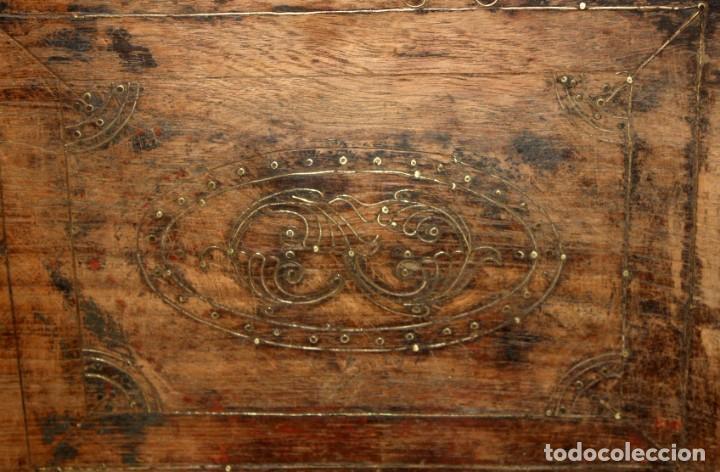 Antigüedades: INTERESANTE ARCON COLONIAL DEL SIGLO XIX EN MADERA TALLADA Y DECORACIONES METALICAS Y RELIQUIAS - Foto 19 - 171329960