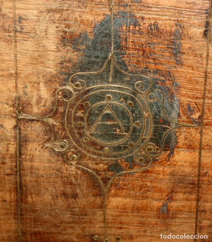 Antigüedades: INTERESANTE ARCON COLONIAL DEL SIGLO XIX EN MADERA TALLADA Y DECORACIONES METALICAS Y RELIQUIAS - Foto 20 - 171329960
