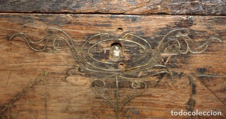 Antigüedades: INTERESANTE ARCON COLONIAL DEL SIGLO XIX EN MADERA TALLADA Y DECORACIONES METALICAS Y RELIQUIAS - Foto 21 - 171329960