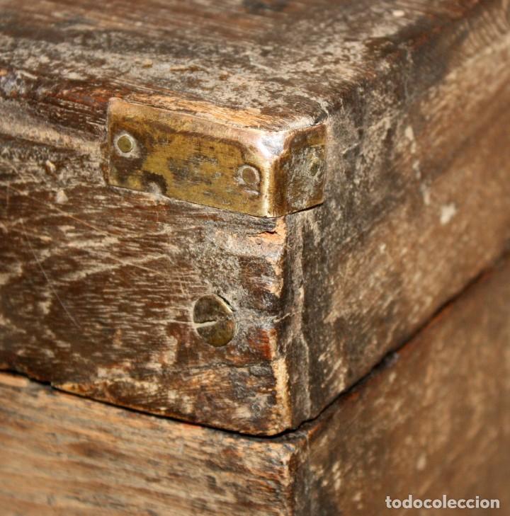 Antigüedades: INTERESANTE ARCON COLONIAL DEL SIGLO XIX EN MADERA TALLADA Y DECORACIONES METALICAS Y RELIQUIAS - Foto 23 - 171329960