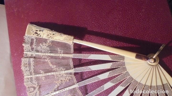 Antigüedades: ANTIGUO ABANICO DE MARFIL Y PUNTILLA ORIENTAL S. XVIIII - LAS DOS VARILLAS PRINCIPALES CON FIGURAS - Foto 11 - 171339973