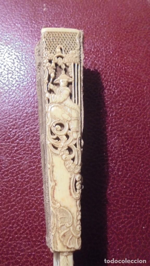Antigüedades: ANTIGUO ABANICO DE MARFIL Y PUNTILLA ORIENTAL S. XVIIII - LAS DOS VARILLAS PRINCIPALES CON FIGURAS - Foto 16 - 171339973