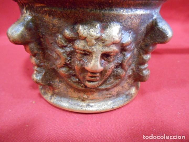 Antigüedades: ALMIREZ DE BRONCE CON RELIEVES DE CARAS Y COSTILLAS - SIGLO XVIII / XIX - - Foto 2 - 171346892