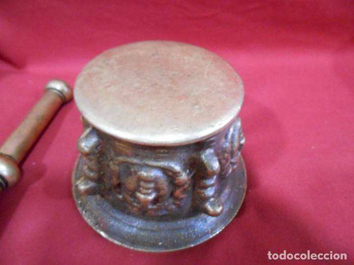 Antigüedades: ALMIREZ DE BRONCE CON RELIEVES DE CARAS Y COSTILLAS - SIGLO XVIII / XIX - - Foto 4 - 171346892