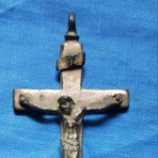Antigüedades: ANTIGUA Y MAGNÍFICA CRUZ EN BRONCE SOBREDORADO. Lote 171371382
