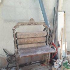 Antigüedades: ANTIGUA MAQUINA MANUAL DE ESCURRIR ROPA. Lote 171432908