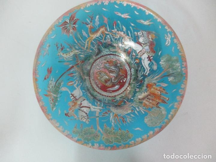 Antigüedades: Bonito Centro de Mesa - Cristal Azul Esmaltado - Firma Royo - Pintado a Mano - 36 cm Diámetro - Foto 2 - 171441743