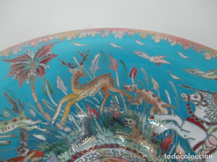 Antigüedades: Bonito Centro de Mesa - Cristal Azul Esmaltado - Firma Royo - Pintado a Mano - 36 cm Diámetro - Foto 4 - 171441743