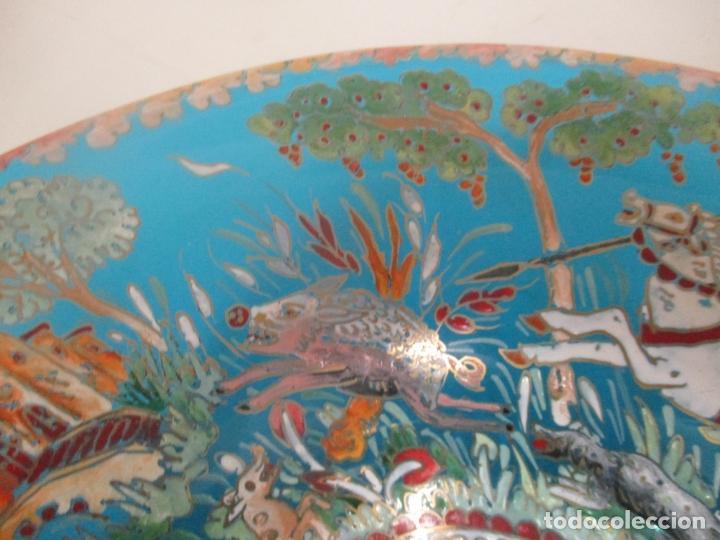 Antigüedades: Bonito Centro de Mesa - Cristal Azul Esmaltado - Firma Royo - Pintado a Mano - 36 cm Diámetro - Foto 6 - 171441743