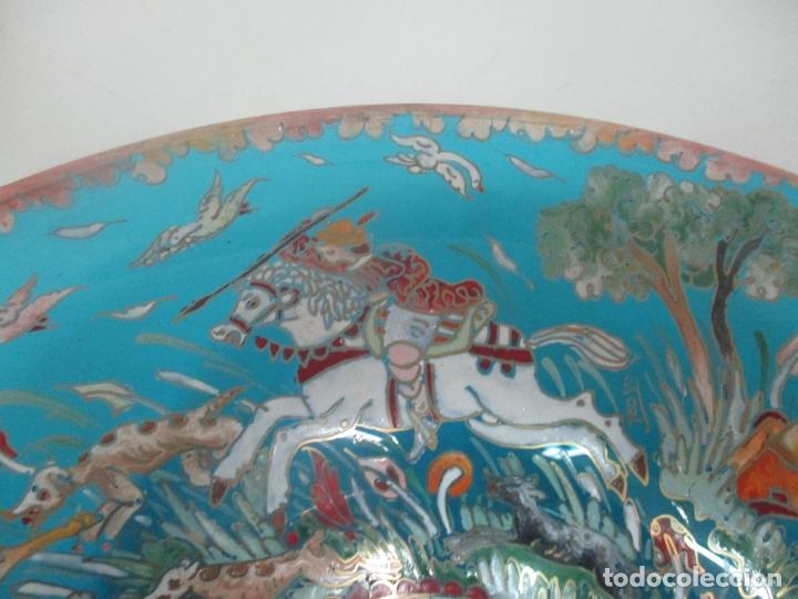 Antigüedades: Bonito Centro de Mesa - Cristal Azul Esmaltado - Firma Royo - Pintado a Mano - 36 cm Diámetro - Foto 8 - 171441743