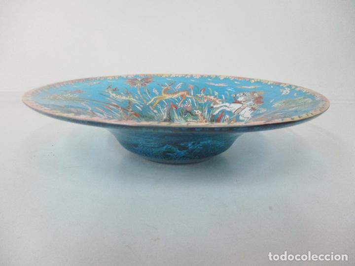 Antigüedades: Bonito Centro de Mesa - Cristal Azul Esmaltado - Firma Royo - Pintado a Mano - 36 cm Diámetro - Foto 11 - 171441743