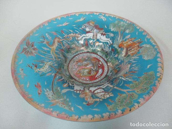 BONITO CENTRO DE MESA - CRISTAL AZUL ESMALTADO - FIRMA ROYO - PINTADO A MANO - 36 CM DIÁMETRO (Antigüedades - Cristal y Vidrio - Catalán)