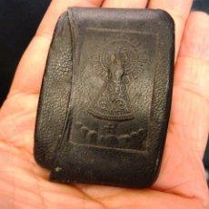 Antigüedades: ESTUCHE DE CUERO PARA ROSARIO CON FIGURA VIRGEN DEL PILAR ZARAGOZA. Lote 171444015