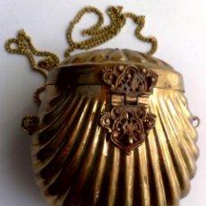 Antigüedades: ANTIGUO BOLSO TIPO BOMBONERA EN METAL MARTELEADO,MANUFACTURA ARABE,INTERIOR TERCIOPELO (DESCRIPCIÓN). Lote 171444069