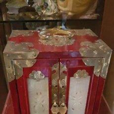 Antigüedades: PRECIOSO JOYERO EN MADERA LACADA Y BRONCE.. Lote 171448357