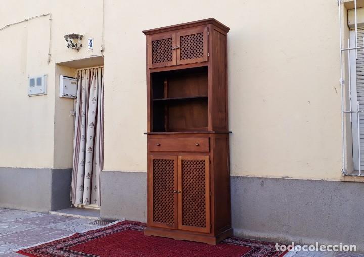 Alacena antigua con celosía estilo rústico. Mueble auxiliar de cocina  trinchero chinero antiguo.