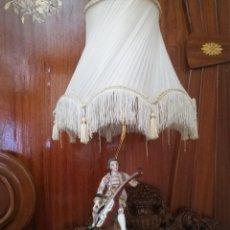 Antigüedades: LAMPARA CON FIGURA DE PORCELANA. Lote 171458512