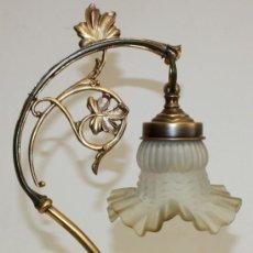 Antigüedades: BONITA LAMPARA DE SOBREMESA ART-NOUVEAU EN METAL Y PORCELANA VIDRIADA. CIRCA 1930-1940. Lote 171480747