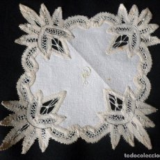 Antigüedades: ANTIGUO TAPETE DE LINO Y ENCAJE MANUAL - S. XIX. Lote 171518305