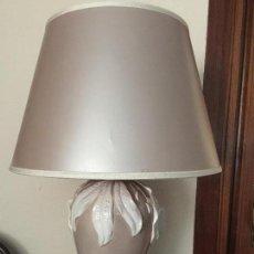 Antigüedades: LAMPARA MESA PORCELANA ESMALTADA CON PANTALLA. Lote 171522460
