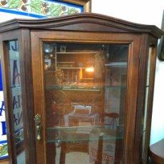 Antigüedades: PRECIOSA VITRINA DE MADERA CON MEDIDAS 76X70X24 CM Y LLAVE ORIGINAL. Lote 171625655