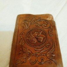 Antigüedades: ANTIGUA PETACA TABAQUERA DE PIEL REPUJADA. Lote 171636940