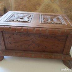 Antigüedades: PEQUEÑO BAUL DE MADERA (20.5 X 13 X 11 CM) TALLADO. Lote 171643455