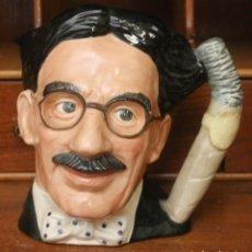 Antigüedades: GROUCHO MARX REPRESENTADO EN UNA JARRA DE CERVEZA THE CELEBRITI COLLECTION ROYAL DOULTON - 19 CM ALT. Lote 171673588