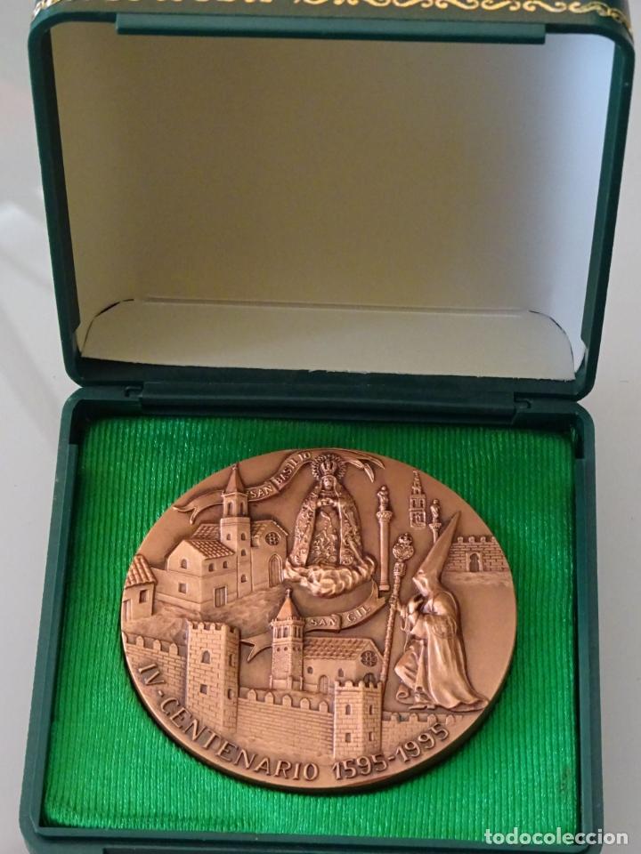 MEDALLA MEDALLÓN RELIGIOSO SEMANA SANTA. IV CENTENARIO 1595 1995 HERMANDAD MACARENA SEVILLA. 170GR (Antigüedades - Religiosas - Medallas Antiguas)