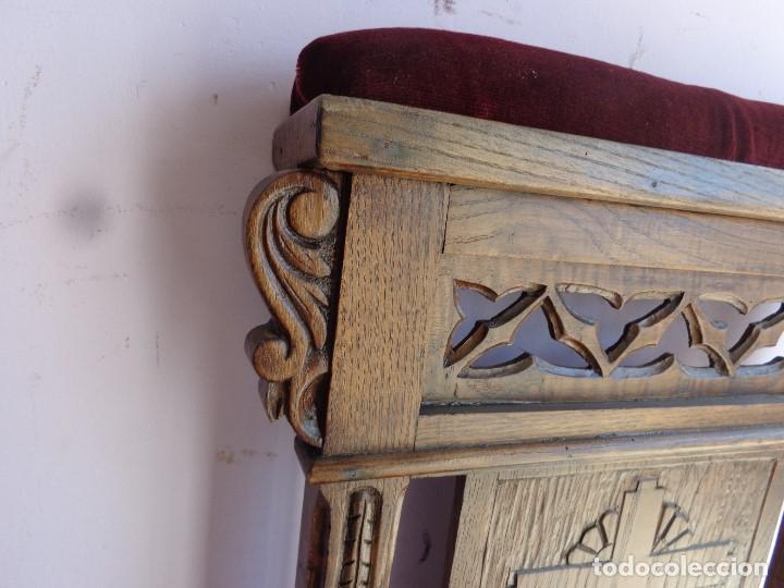 Antigüedades: MUY ANTIGUA SILLA O RECLINATORIO DE IGLESIA TALLADO CASTAÑO, COMPLETA Y MUY BUEN ESTADO - Foto 4 - 171701058