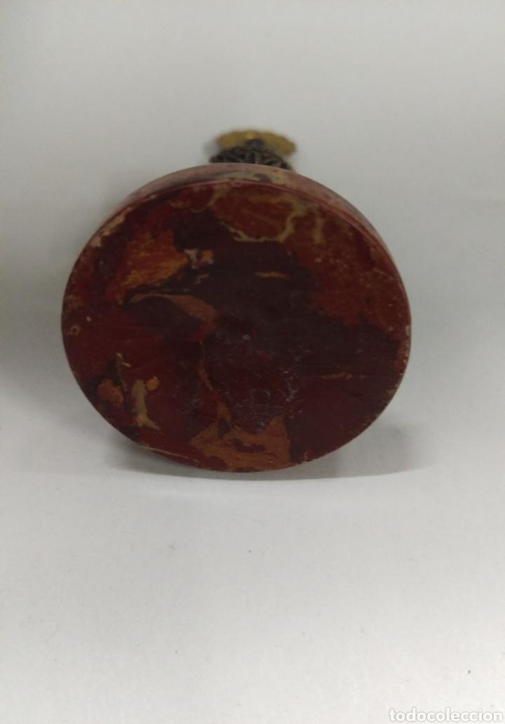 Antigüedades: Figura antigua VIRGEN DEL PILAR en plastico antiguo y metal plata o similar - Foto 3 - 171701159