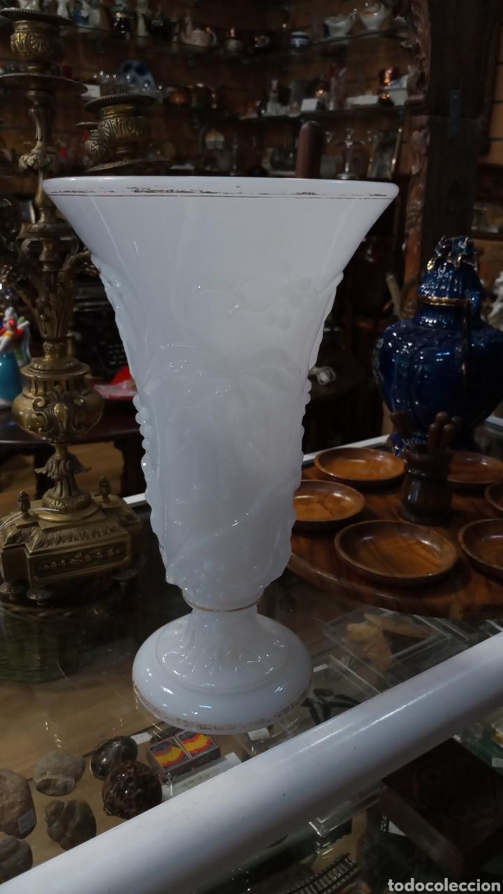 JARRÓN OPALINA BLANCA (Antigüedades - Hogar y Decoración - Jarrones Antiguos)