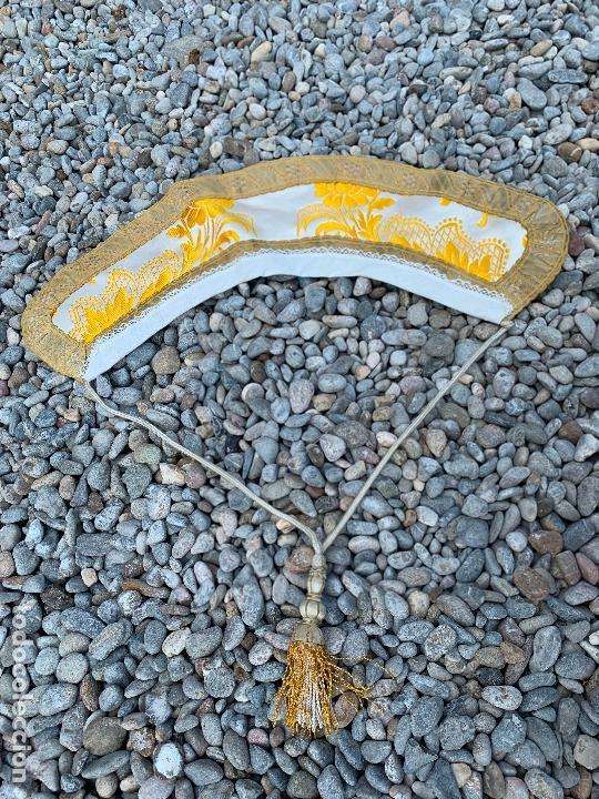 ESPECTACULAR CUELLO PARA DALMATICA DE TEJIDO ADAMASCADO Y BROCADO CON HILO DE PLATA (Antigüedades - Religiosas - Ornamentos Antiguos)