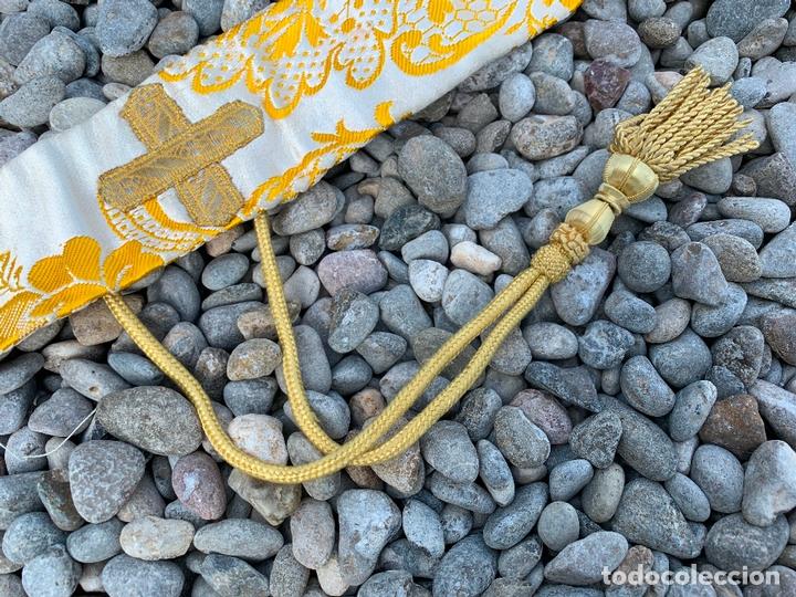 Antigüedades: Antiguo Manípulo indumentaria eclesiastica, precioso tejido adamascado y pasamaneria. Hilo de plata. - Foto 2 - 171712682