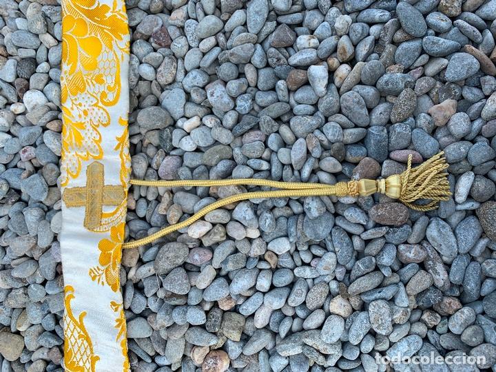 Antigüedades: Antiguo Manípulo indumentaria eclesiastica, precioso tejido adamascado y pasamaneria. Hilo de plata. - Foto 7 - 171712682
