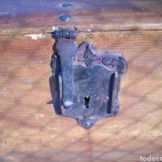 Antigüedades: ANTIGUO ARCA DE PINO TODO ORIGINAL ,AÑOS 40. Lote 171734107