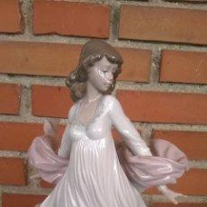 Antigüedades: PRECIOSA FIGURA DE MUJER DE LLADRÓ. Lote 171759943