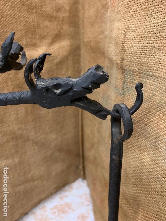 Antigüedades: Excepcional juego de utiles para la chimenea en forja realizada a mano, cabezas de dragon. - Foto 3 - 171760363