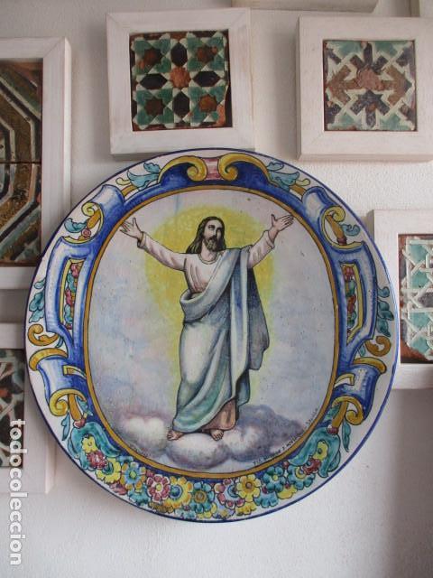 PLATO CERAMICA TRIANA CRISTO SALVADOR (HIJOS DE JOSE MENSAQUE) FIRMADO (Antigüedades - Porcelanas y Cerámicas - Triana)