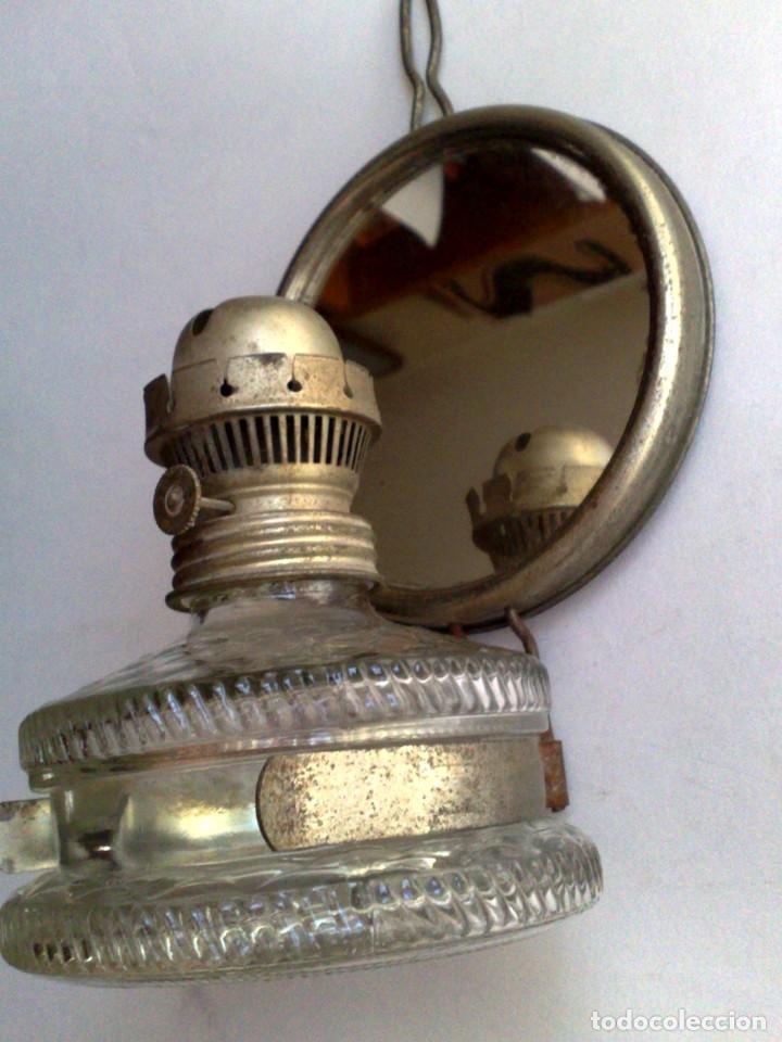 ANTIGUA LÁMPARA DE ACEITE,RECIPIENTE DE CRISTAL,CON SOPORTE METÁLICO CON ESPEJO (DESCRIPCIÓN) (Antigüedades - Iluminación - Lámparas Antiguas)