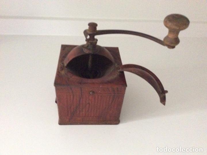 Antigüedades: Antiguo y raro molinillo de café. No tiene cajón se abre verticalmente. Finales siglo XIX - Foto 2 - 171836339