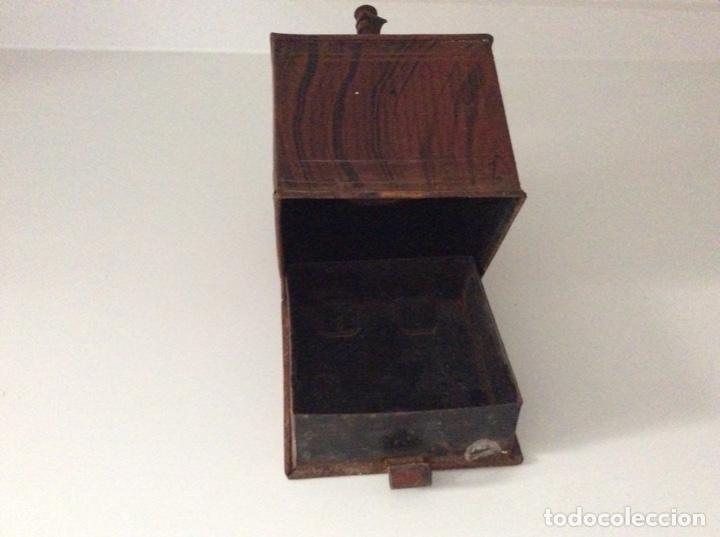 Antigüedades: Antiguo y raro molinillo de café. No tiene cajón se abre verticalmente. Finales siglo XIX - Foto 3 - 171836339