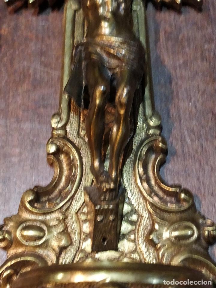 Antigüedades: Benditera Crucifijo de Bronce con excelente detalle en los acabados - 27 x 14.2cm - 700g - Foto 3 - 171922120