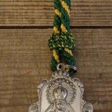 Antigüedades: SEMANA SANTA SEVILLA, MEDALLA CON CORDON DE LA HERMANDAD DE LA MACARENA, SIN FILIGRANA. Lote 171933432