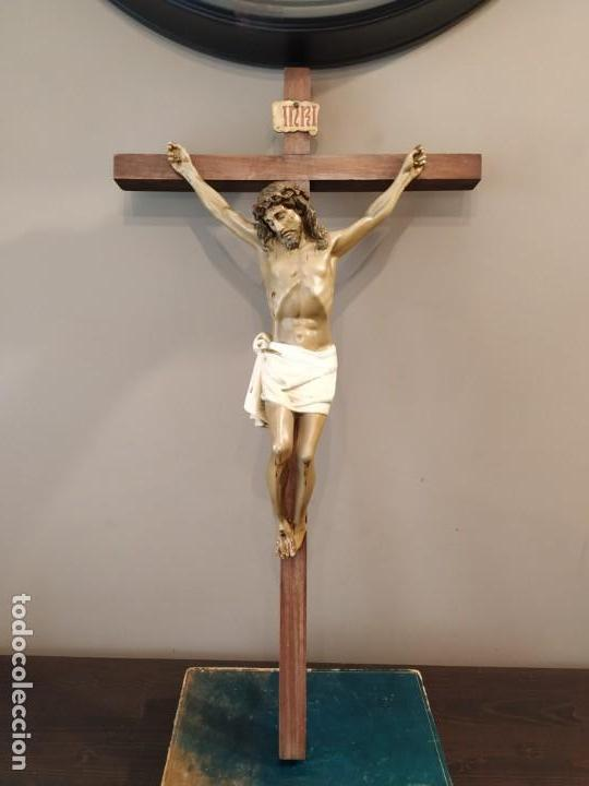 CRUCIFIJO MADERA ESTUCO POSIBLE OLOT VER SELLO MEDIDAS CRUZ 65 X 35 CM (Antigüedades - Religiosas - Crucifijos Antiguos)