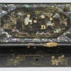 Antigüedades: ANTIGUA CAJA LACADA CON INCRUSTACIONES DE NACAR. INTERIOR DE SEDA. CHINA. SIGLO XIX. Lote 172016300
